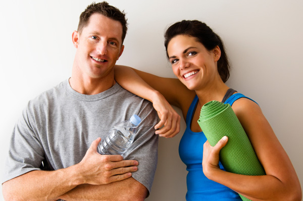 couple-working-out-at-gym-together